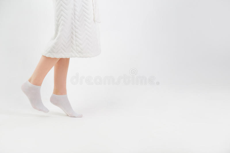 Voeten die van vrouw op tiptoe thuis gaan stock afbeeldingen