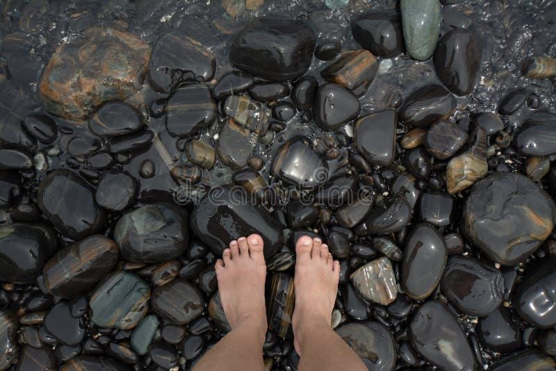 Voeten die zich op het strand bevinden royalty-vrije stock afbeeldingen