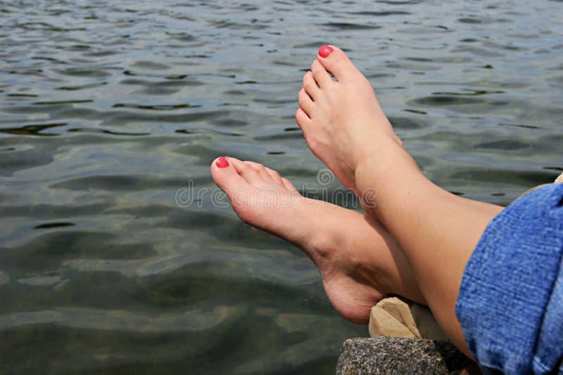 Voeten door water stock afbeeldingen