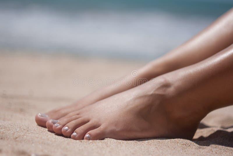 Voeten en handen op het strand royalty-vrije stock foto