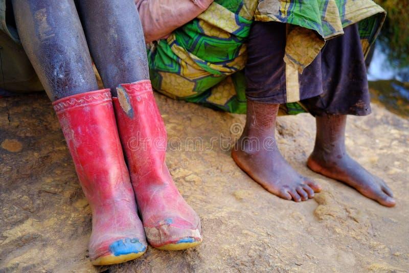 Voeten en laarzen op stoffige grond in Afrika, Rwanda royalty-vrije stock afbeelding
