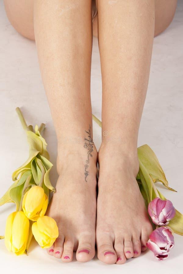 Voeten en tulpen royalty-vrije stock foto's