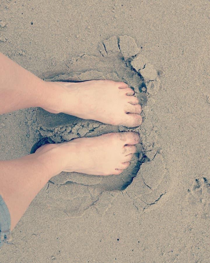 Voeten in het zand stock afbeeldingen