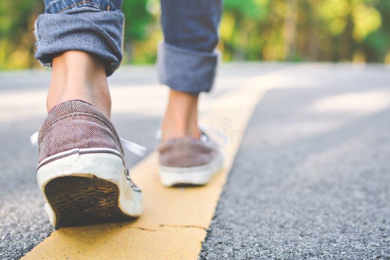 Voeten meisje het lopen in de weg stock fotografie