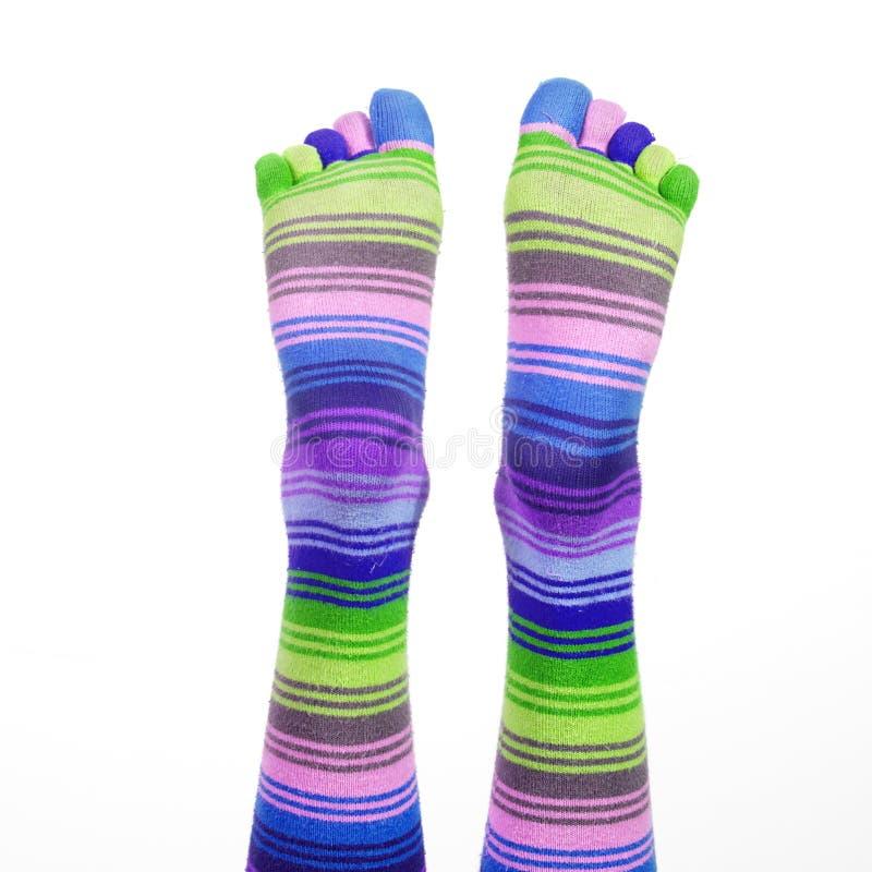 Voeten met gestreepte sokken stock foto