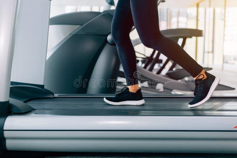 Voeten met tennisschoenen van vrouwelijke agent/jogger het lopen op tredmolen binnen in actie - met motieonduidelijk beeld royalty-vrije stock fotografie