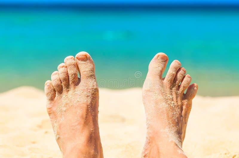 Voeten met thazand op strand royalty-vrije stock fotografie