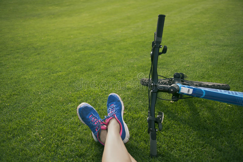 Voeten op het gras royalty-vrije stock afbeelding