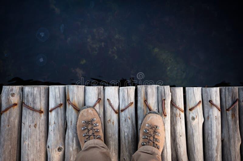 Voeten van de mens in wandelingslaarzen stock afbeelding