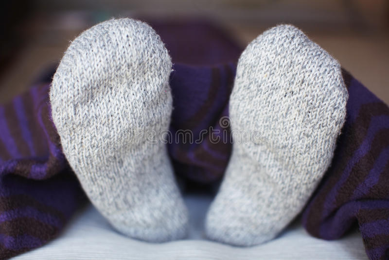 Voeten in wollen sokken royalty-vrije stock fotografie