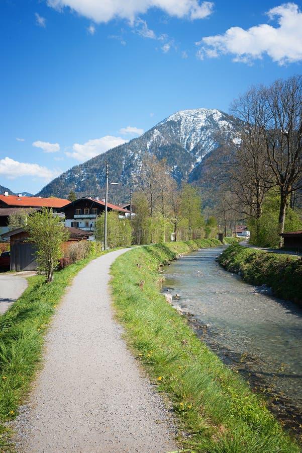 Voetgang bij de rivieroever van rottach naar wallberg stock foto's
