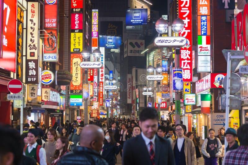 Voetgangers bij Shibuya-cener-Gai, Tokio, Japan stock afbeeldingen
