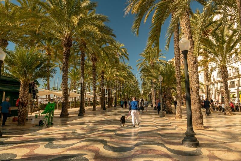 Voetgangers in de bezige promenade van Spanje, in Alicante royalty-vrije stock foto