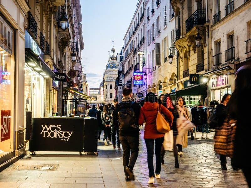 Voetgangers die bij schemer op beroemde Rue de Caumartin lopen stock afbeelding