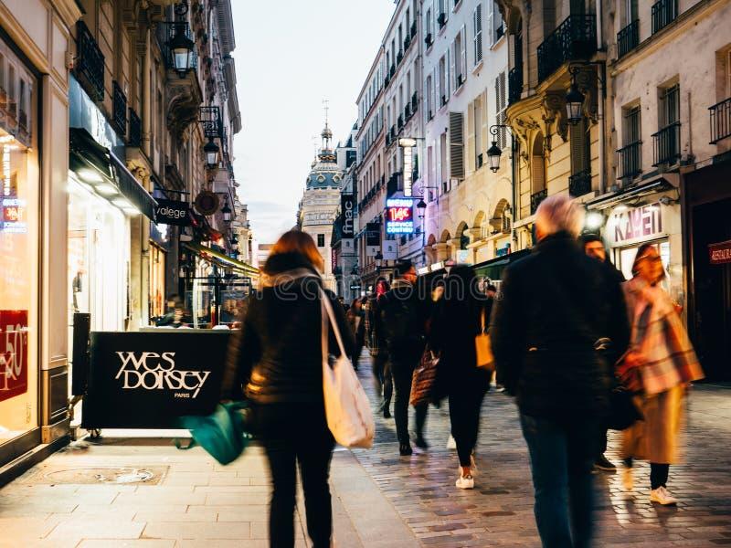 Voetgangers die bij schemer op beroemde Rue de Caumartin lopen royalty-vrije stock fotografie
