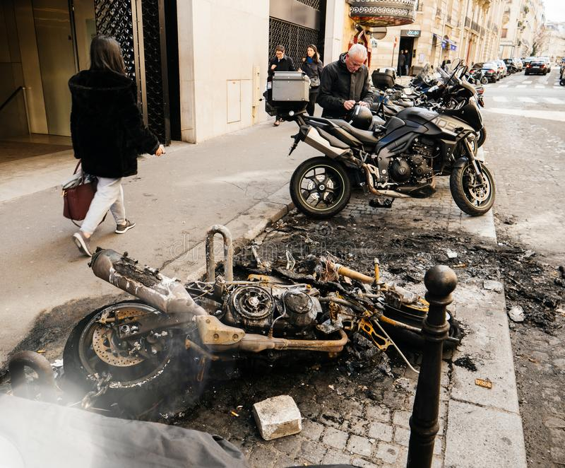 Voetgangers die dichtbij de gebrande motorfietsen van de luxesport lopen stock afbeeldingen