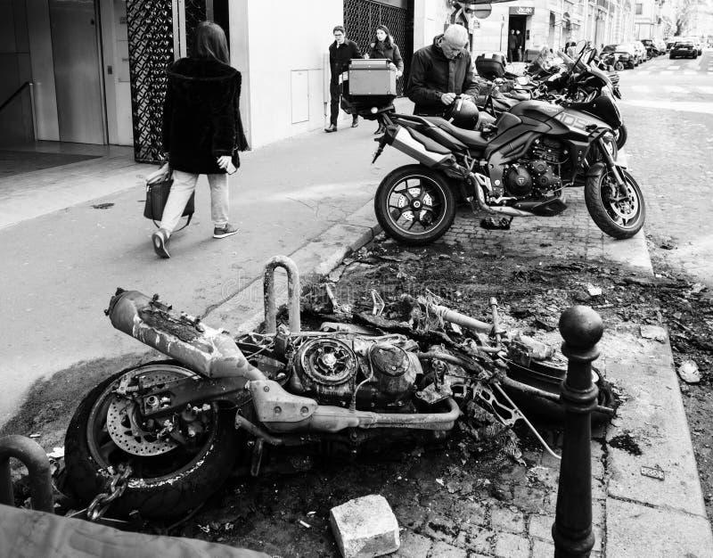 Voetgangers die dichtbij de gebrande motorfietsen van de luxesport lopen royalty-vrije stock fotografie