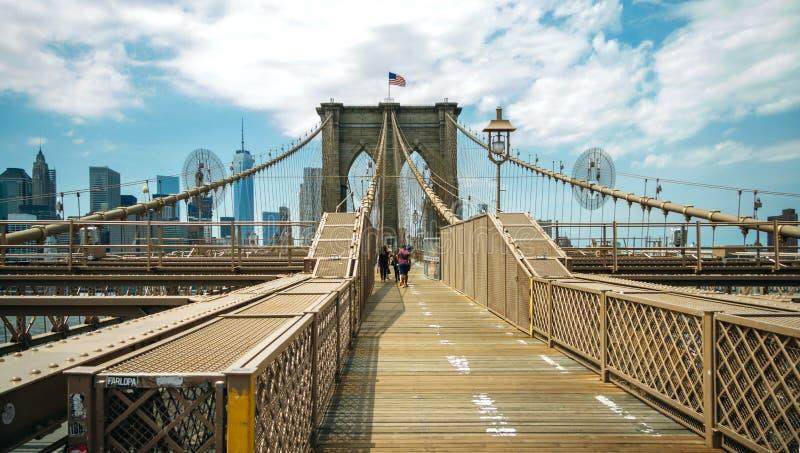Voetgangers die door de Brug van Brooklyn in de Stad van New York lopen stock fotografie