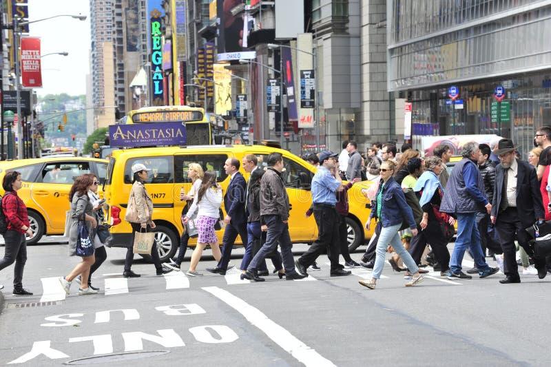 Voetgangers die in New York straat kruisen royalty-vrije stock afbeelding