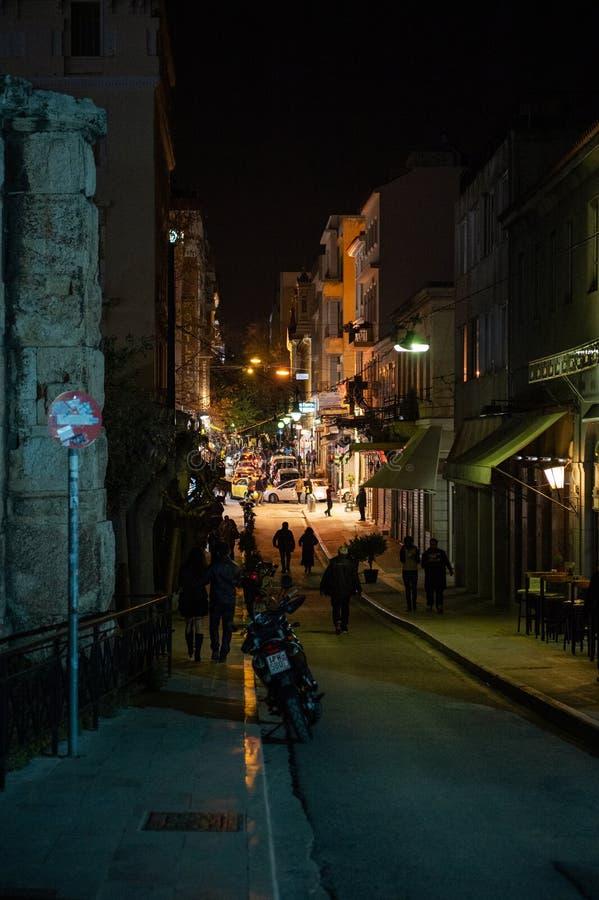 Voetgangers die op de donkere straat in centraal Athene lopen royalty-vrije stock foto's