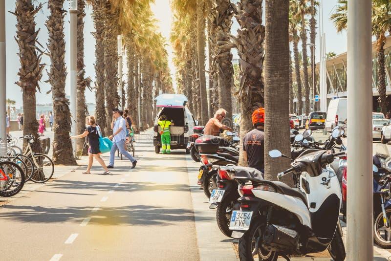 Voetgangers die op een fietspad door het overzees lopen royalty-vrije stock foto's