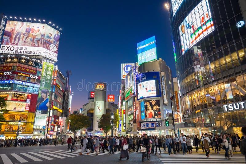 Voetgangers die in Shibuya, Tokio, Japan kruisen stock foto