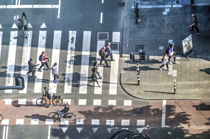 Voetgangers en fietsers kruising stock foto