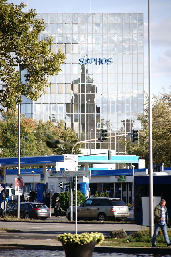 Voetgangers en verkeer voor de Sophos-wolkenkrabber Wiesbaden stock afbeeldingen
