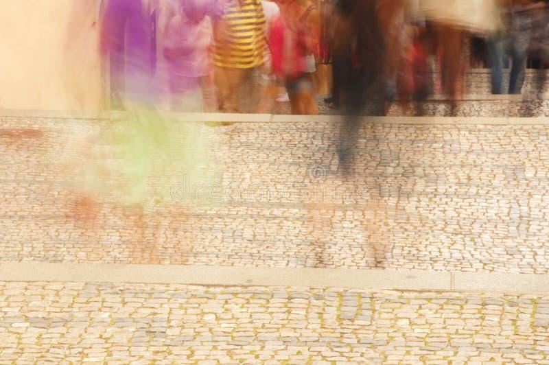 Voetgangers in stadsstraat stock foto's