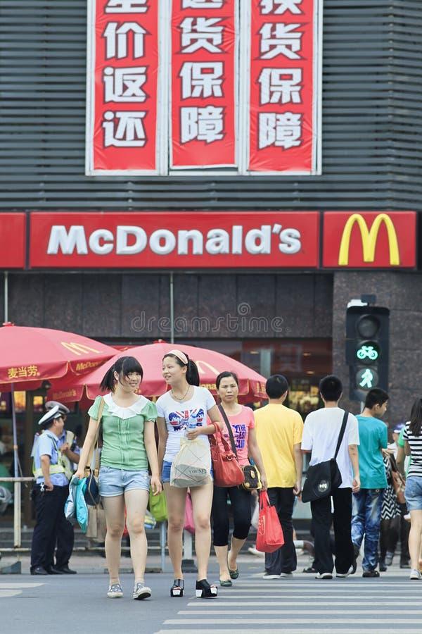Voetgangers voor een MacDonald-afzet, Xiang Yang, China stock foto's