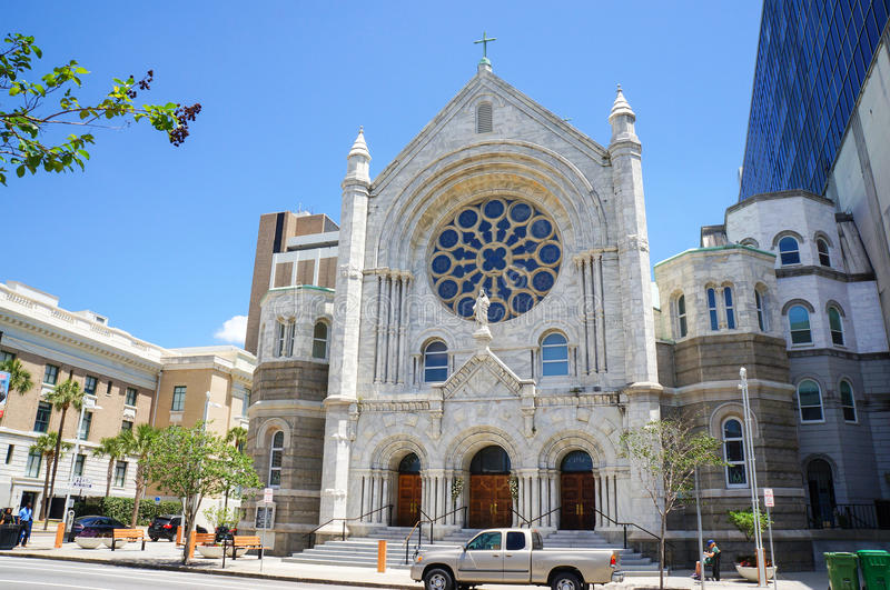 Voetgangers voor Heilige Hart Katholieke Kerk stock foto