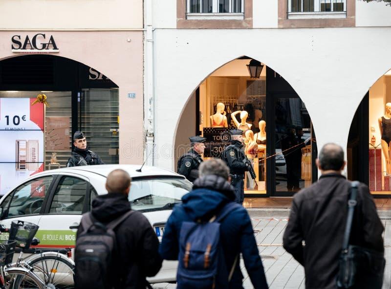 Voetgangers voor politiemannen in Straatsburg na atta stock foto