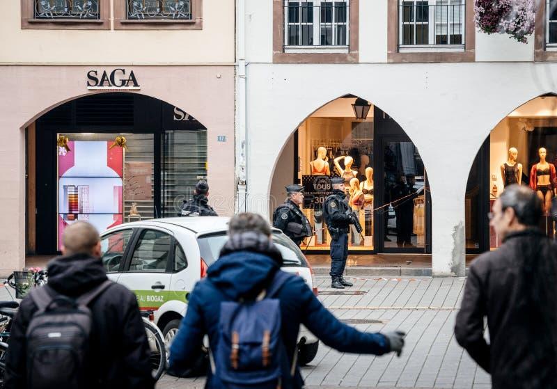 Voetgangers voor politiemannen in Straatsburg na atta royalty-vrije stock afbeeldingen