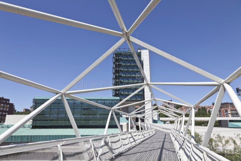 Voetgangersbrug aan het Museum van Wetenschap in Valladolid stock foto