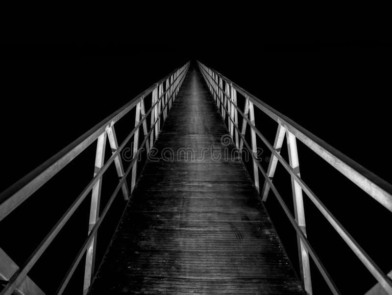 Voetgangersbrug bij nacht royalty-vrije stock foto's