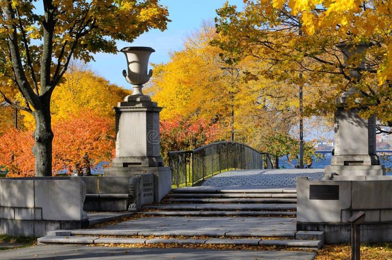Voetgangersbrug in de herfst, de Promenade van Boston stock foto's