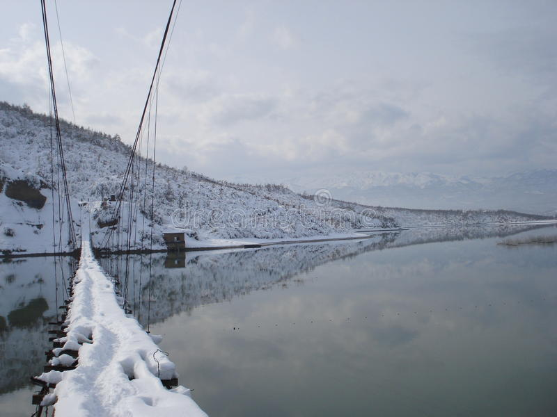 Voetgangersbrug in de Winter dichtbij Urakë, Albanië royalty-vrije stock fotografie