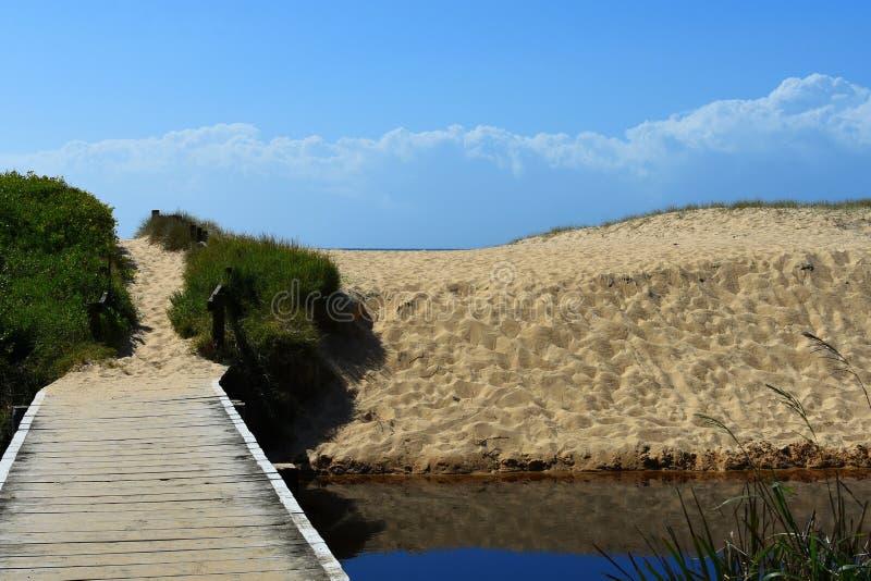 Voetgangersbrug die tot de duinen van het strandzand leiden royalty-vrije stock fotografie