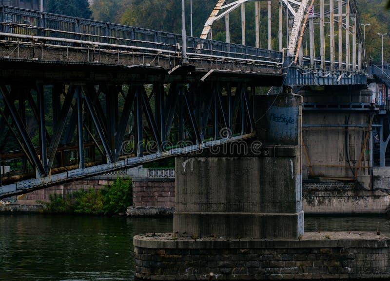 Voetgangersbrug over de rivier op een mistige de herfstdag stock afbeeldingen