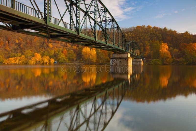 Voetgangersbrug over de Vltava-rivier royalty-vrije stock fotografie
