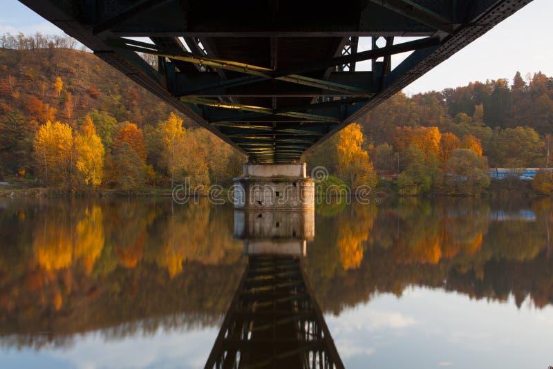 Voetgangersbrug over de Vltava-rivier royalty-vrije stock foto's