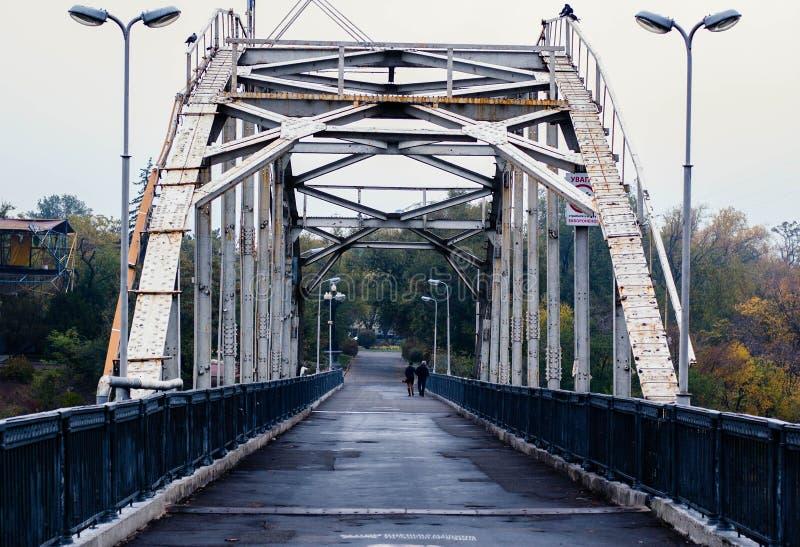 Voetgangersbrug over Dnieper in CIT stock afbeelding