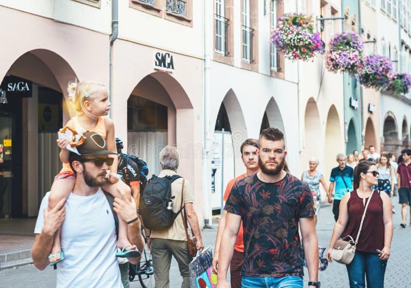 Voetgangersmensen die op Ruedes Grandes Arcades straat lopen stock afbeelding