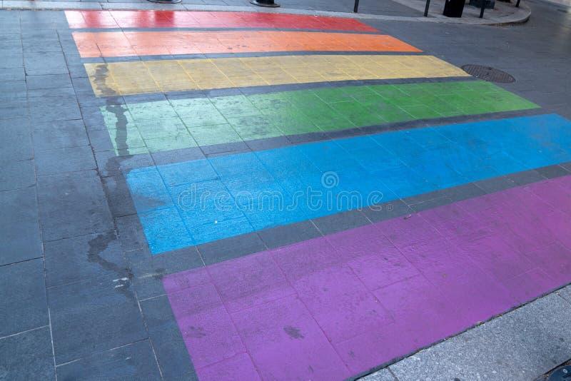 Voetgangersoversteekplaats die in LGBT-kleuren lesbische homosexueel in de stad Frankrijk merken van Bordeaux royalty-vrije stock afbeelding