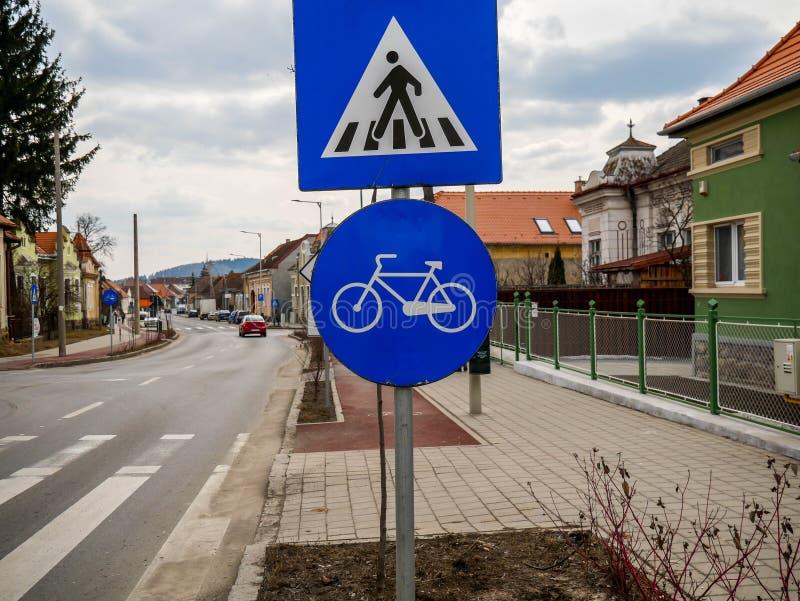 Voetgangersoversteekplaats en fietspad straatteken stock foto's