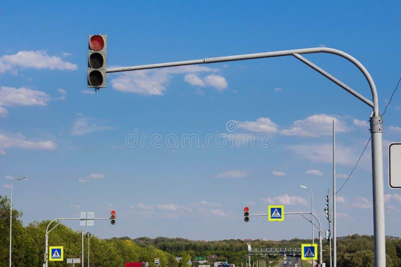 Voetgangersoversteekplaats met verkeerslichten stock afbeelding