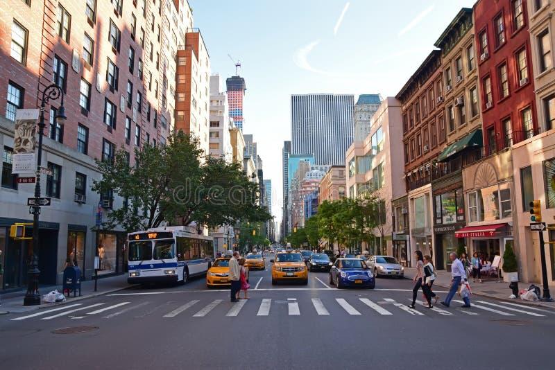 Voetgangersoversteekplaats op een gestreepte kruising langs Madison Avenue New York City stock afbeelding