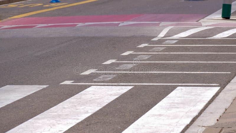 Voetgangersoversteekplaats, zebrapad, leeg vrij parkeren voor motorfietsen stock foto