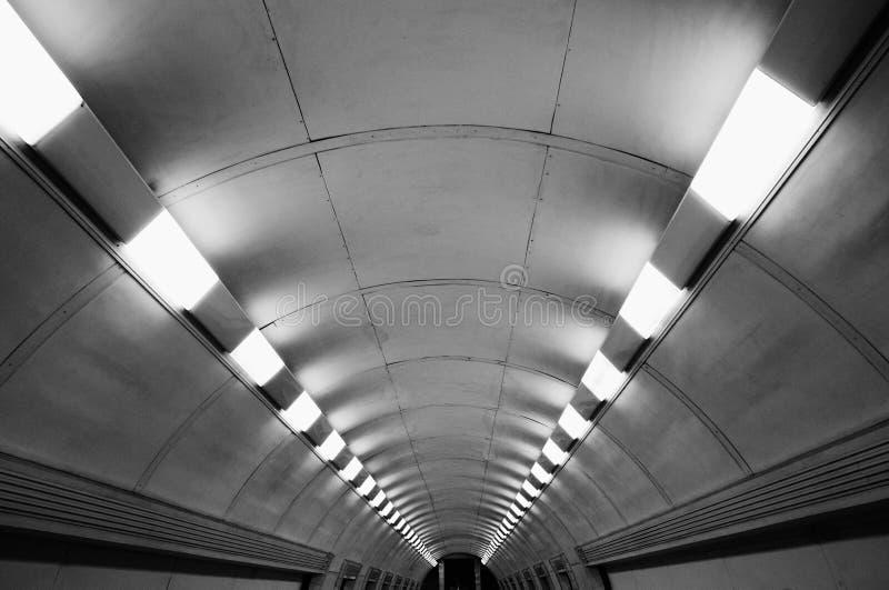 Voetgangersoversteekplaatstunnel tussen metroposten ondergronds zonder mensen stock foto's