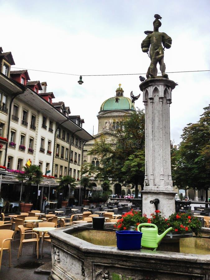 Voetgebiedscityscape, recht voor het Federale Paleis in Bern, waar zetels de Zwitserse overheid, Bern, Zwitserland royalty-vrije stock foto